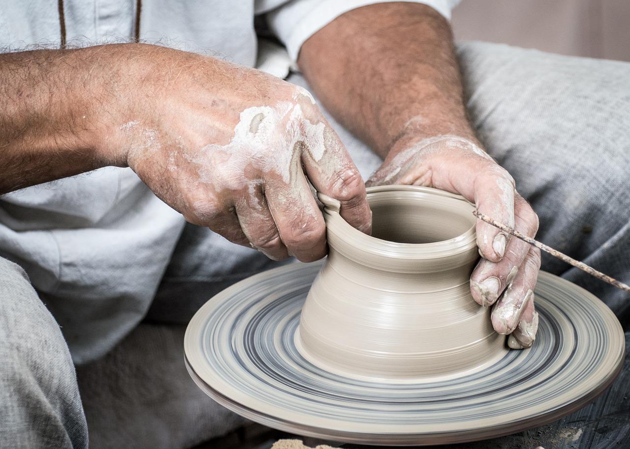 muž vyrábějící keramiku